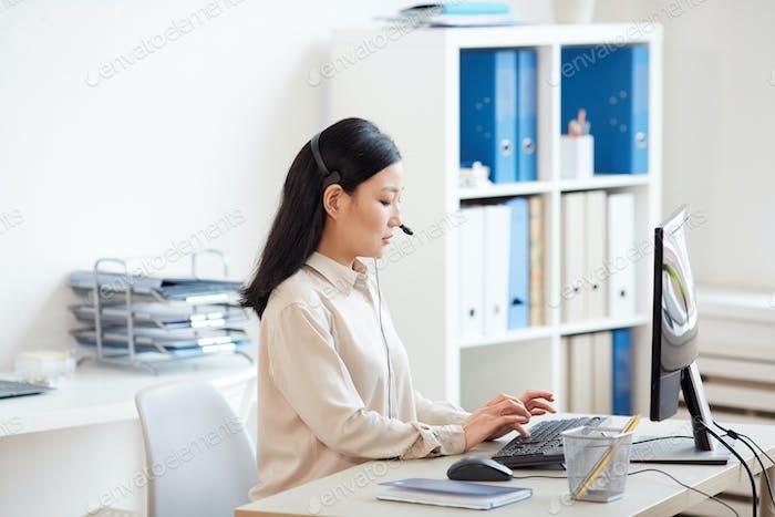 Weibliche Asiatische Sekretärin am Arbeitsplatz