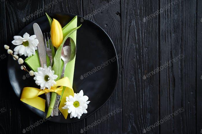 Osterfrühling Tischgeschirr Komposition mit gelber Tulpe Blume