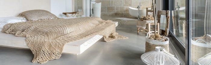 Bett im Designer-Schlafzimmer