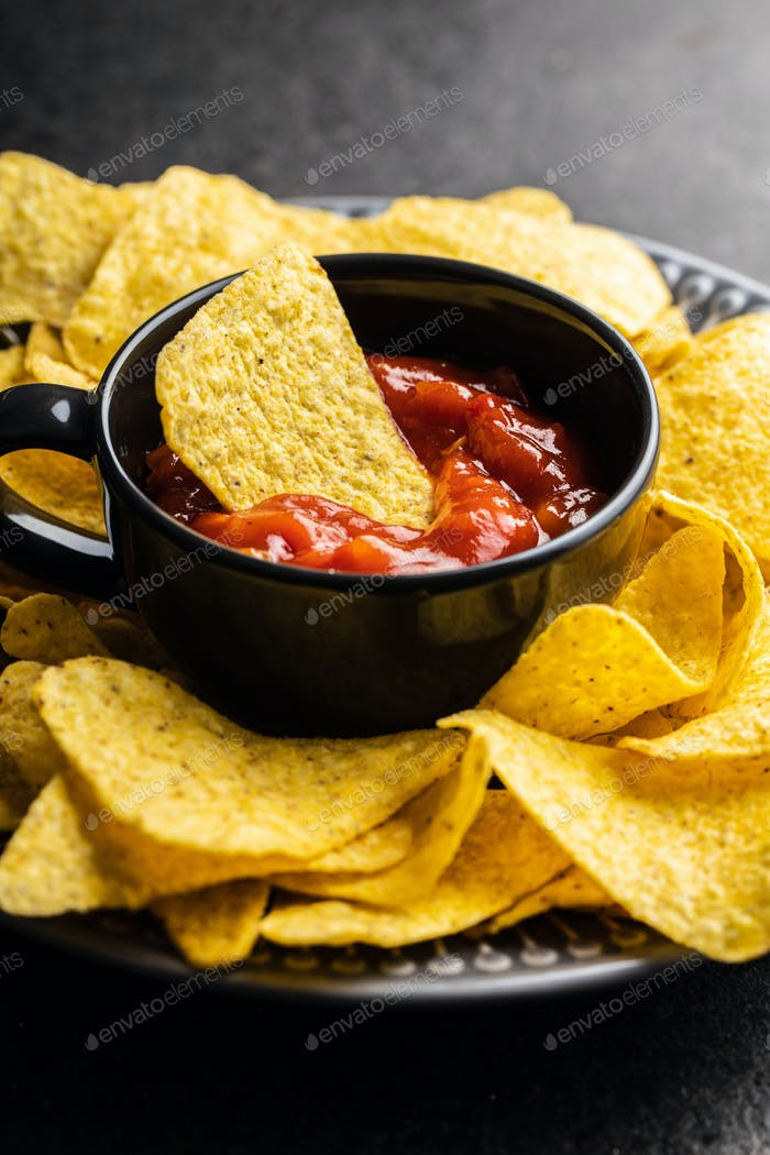 Tortilla-Chips und Salsa-Dip mit roten Tomaten. Mexikanische Nacho-Chips
