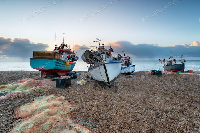 Barcos de pesca en la Playa al amanecer