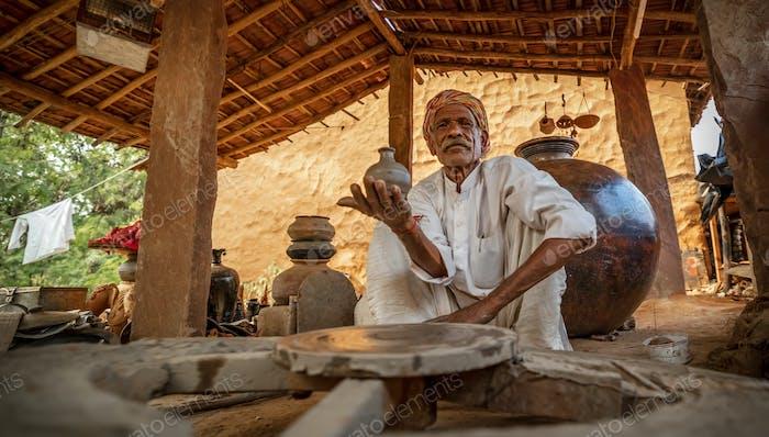 Potter bei der Arbeit macht Keramikgeschirr. Indien, Rajasthan.