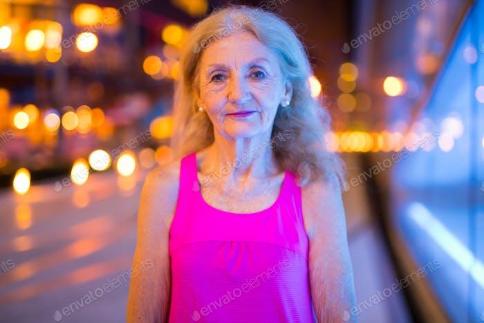 Porträt von Senior Frau im Freien bei Nacht