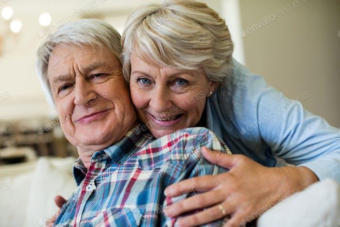 Porträt des älteren Paares umarmt einander