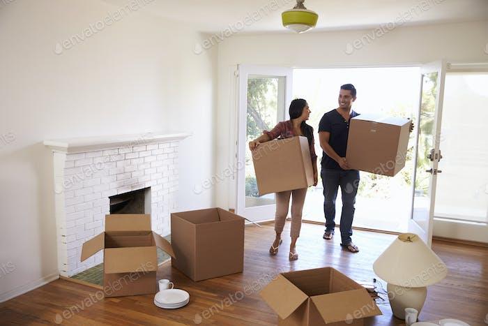 Paar tragen Boxen in neue Heimat auf Umzug Tag