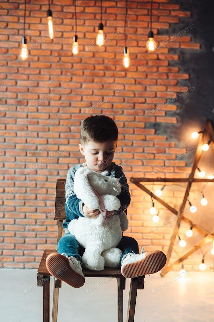 маленький мальчик сидит на стуле