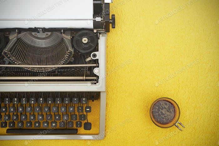 Máquina de escribir Vintage sobre Fondo amarillo
