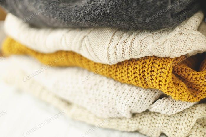 Acogedor suéter de punto pila para el clima frío de otoño sobre fondo blanco