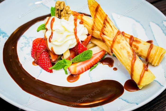 Close up leckeres Dessert mit Waffelbrötchen, Eis und Erdbeeren
