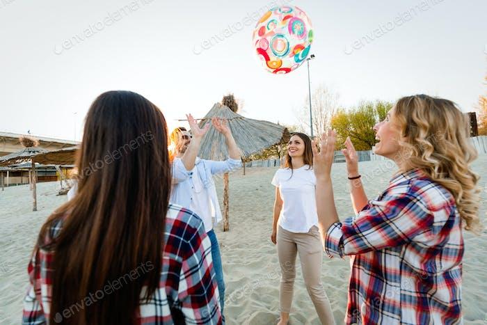 Gruppe von glücklichen jungen Menschen, die Spaß am Strand haben