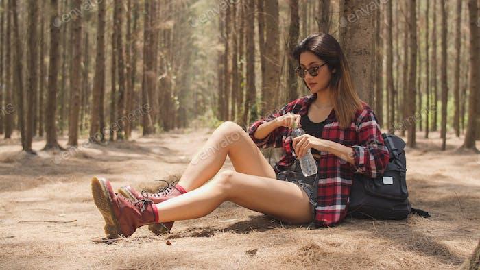 Senderismo asiático mujer trekking en el bosque.