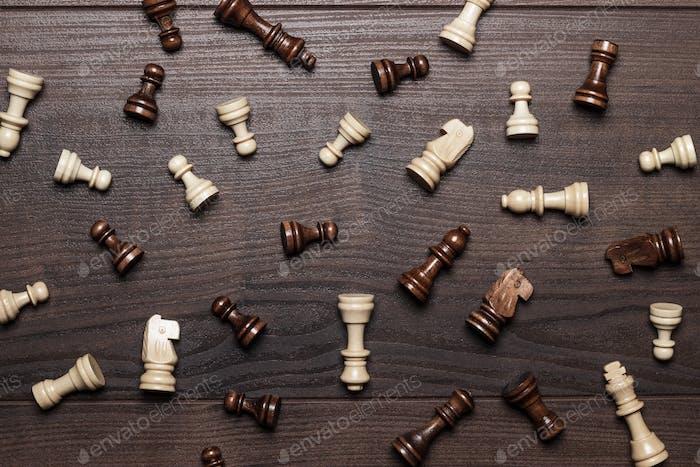 Schachfiguren auf dem braunen Woden Tisch Hintergrund