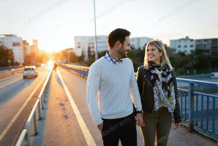 Glückliche junge attraktive Paar verbringen Zeit zusammen