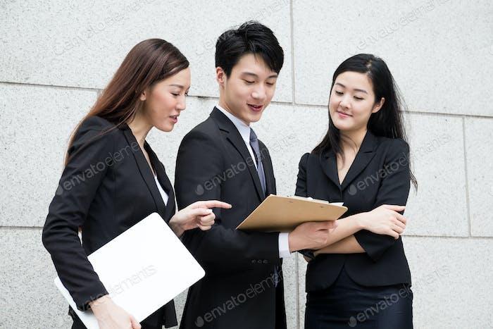 Три деловых человека работают вместе