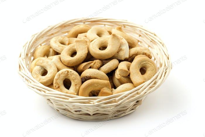 Korb von ringförmigen Keksen