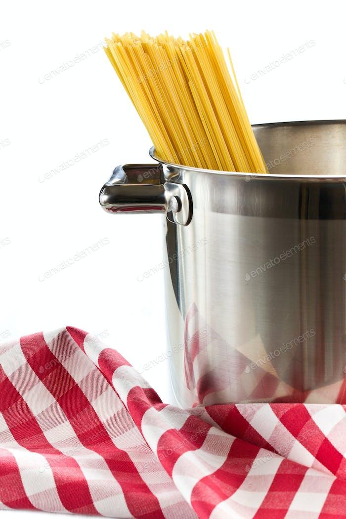 espaguetis en una olla de acero inoxidable