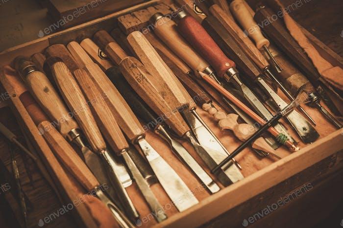 Nahaufnahme der Zimmermannswerkzeuge in der Restauratorwerkstatt