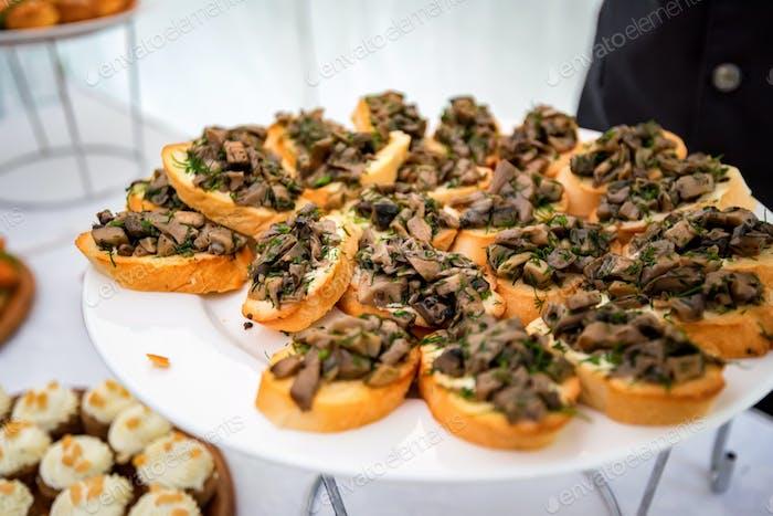 Nahaufnahme Bruschetta mit gebratenen Pilzen