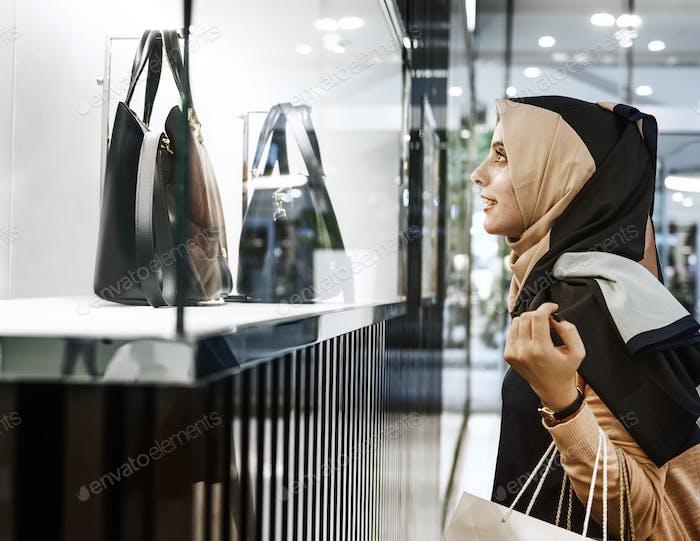 Concepto de consumidor de compras para Mujer joven