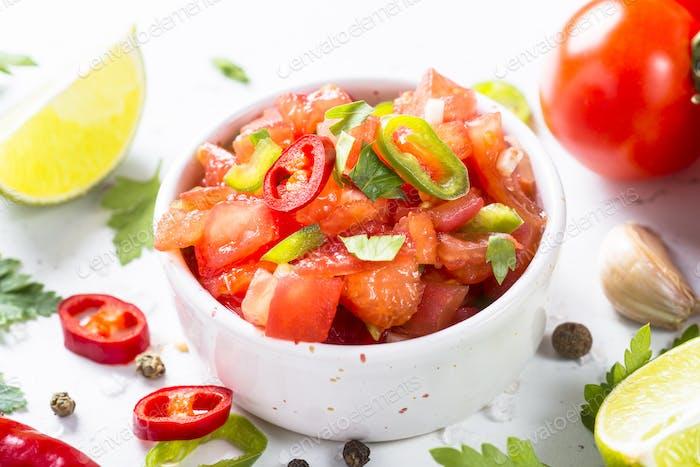 Traditionelle lateinamerikanische mexikanische Salsa-Sauce und Zutaten