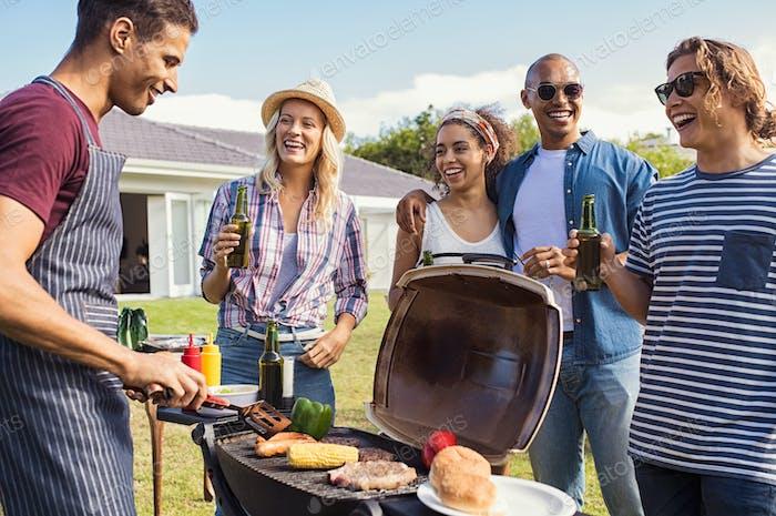 Freunde genießen party mit bbq