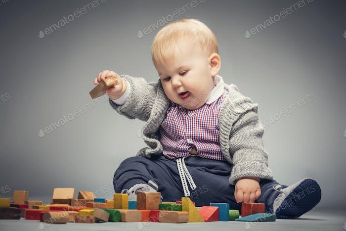 Kleinkind Junge spielt mit Bausteinen.