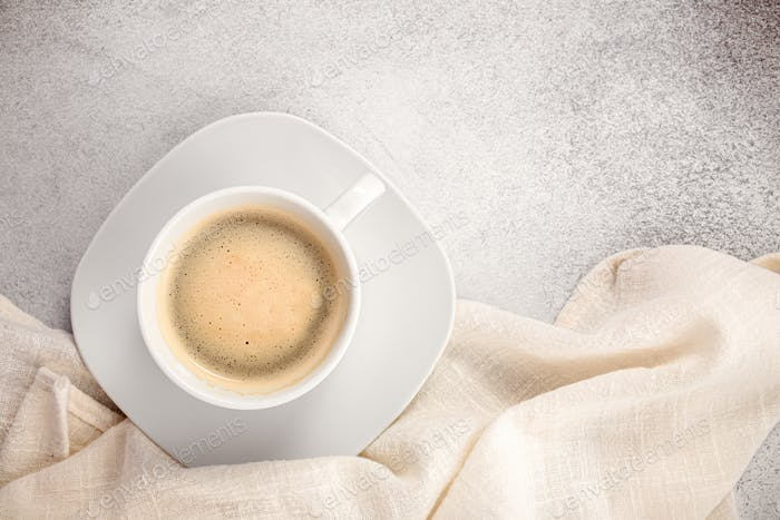 Kaffeetasse mit Tischdecke oben