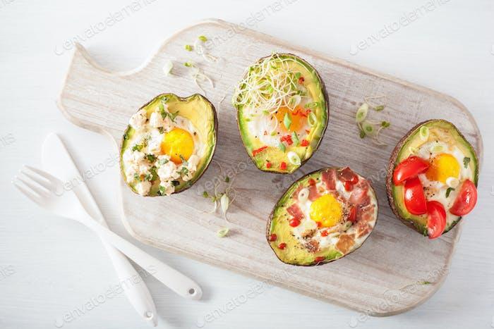 Eier gebacken in Avocado mit Speck, Käse, Tomaten und Luzerne spr