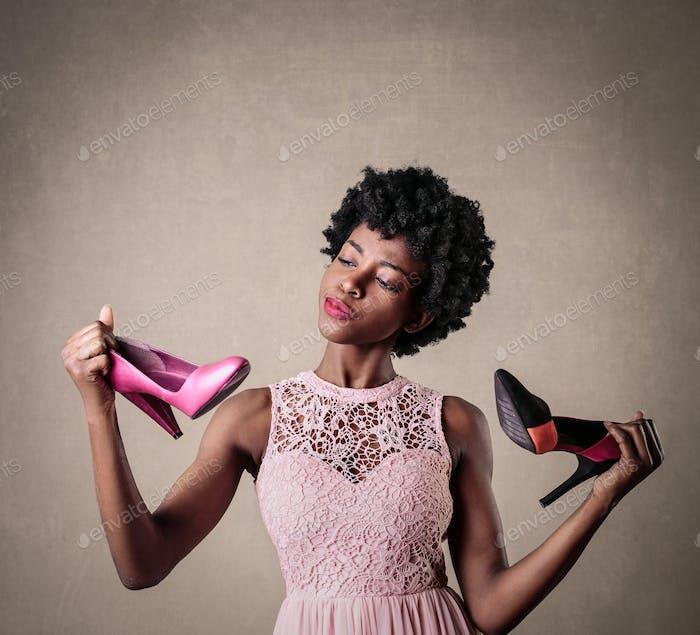 Mädchen Wahl zwischen zwei Paar Schuhe