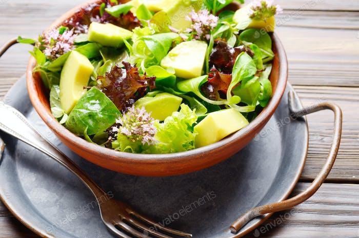 Tongericht mit Salat