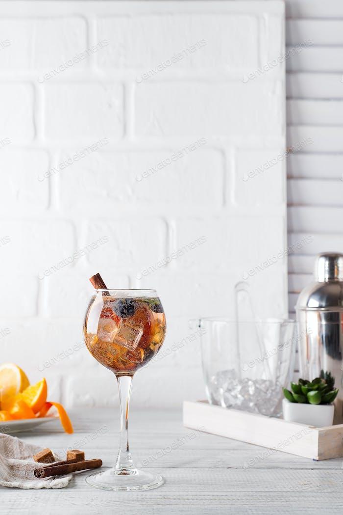 Холодный коктейль с корицей, ягодами, коричневым сахаром и тоником