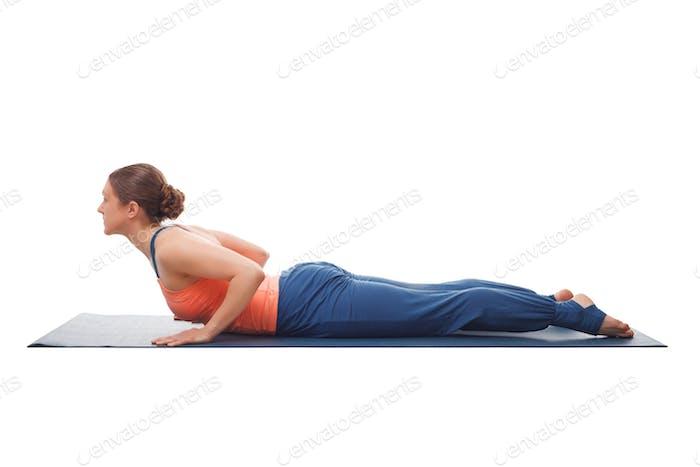 Sporty fit yogini Frau praktiziert yoga asana bhujangasana