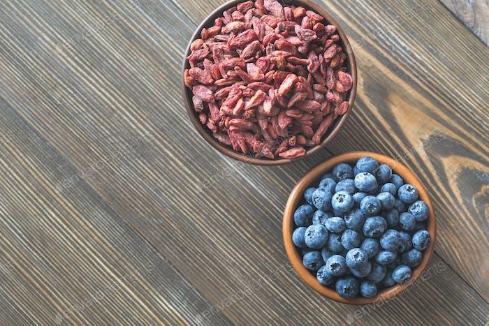Schalen mit Heidelbeeren und Goji-Beeren