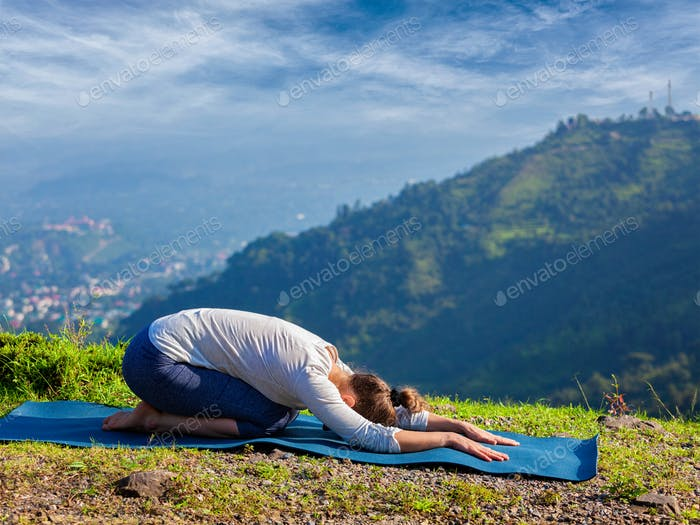 Sportlich fit Frau praktiziert Yoga Asana Balasana