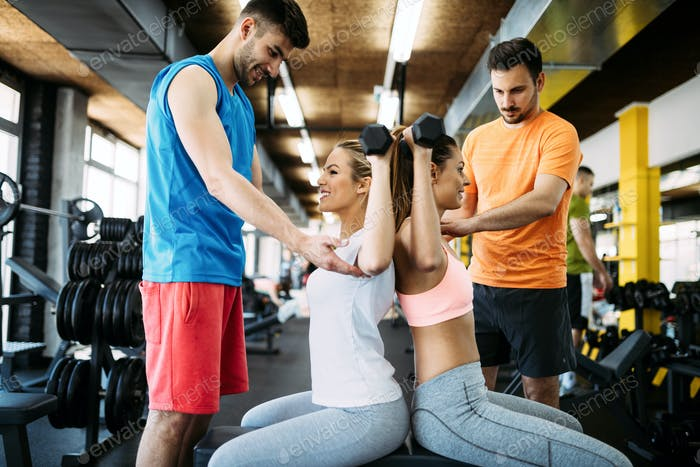 Gruppe von Personen, die im Fitnessstudio trainieren