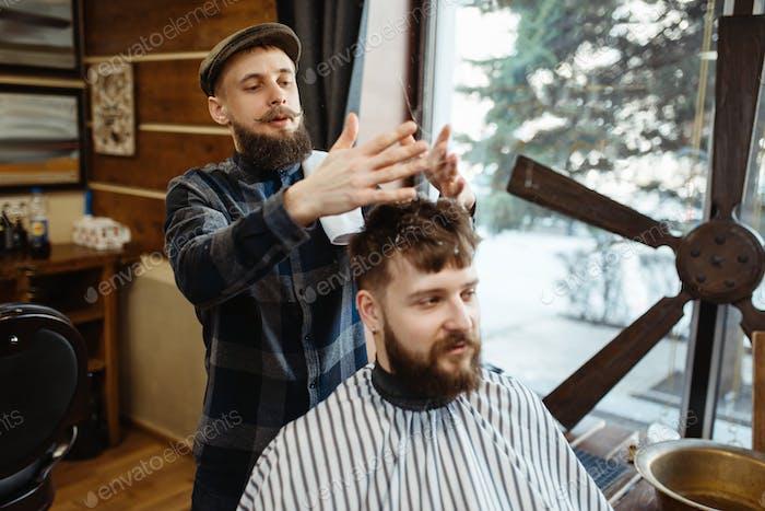 Peluquería con sombrero y barbudo cliente, barbería