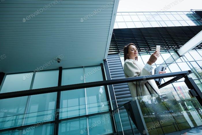 Porträt der jungen Geschäftsfrau ins Büro gehen