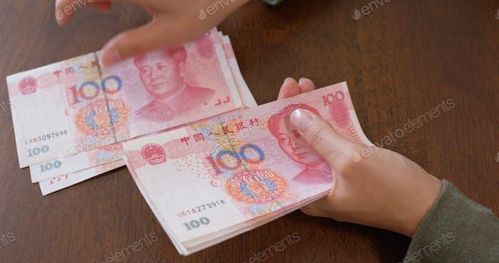 Frau Zählen RMB Banknote