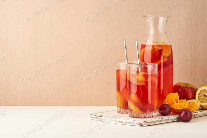 Gedünstete Früchte in Glasröhre auf Pastell Hintergrund Seitenansicht kopieren Raum