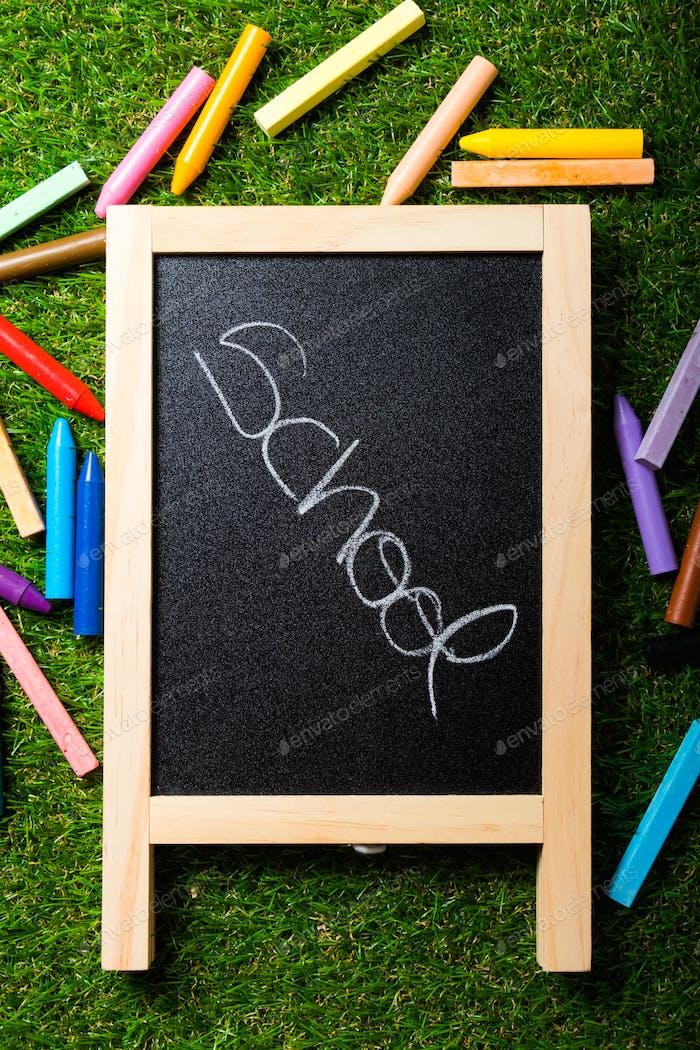 Zurück in die Schule, Tafellayout und Zubehör lebendig bunt. Raum kopieren