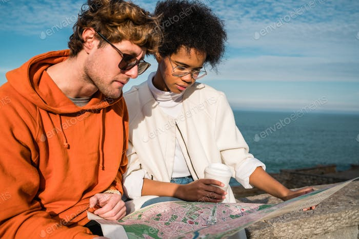 Dos viajeros con un mapa.