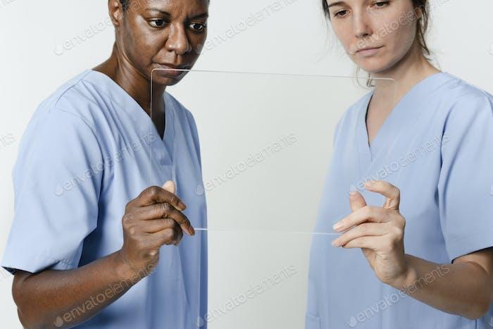 Врачи, работающие над прозрачной медицинской технологией