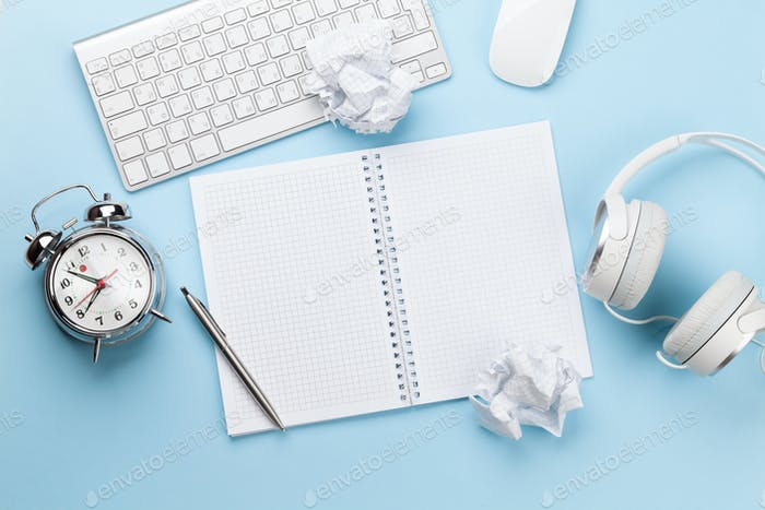 Schreibtisch mit Zubehör, Wecker und leerem Notizblock