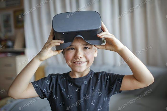 Chica linda en realidad virtual googles en casa, experimento de educación remota, futuro hoy