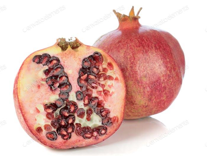 Granatapfelfrucht auf weißem Hintergrund