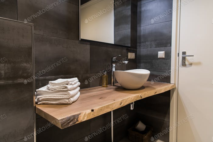 interior en una House de campo, Trabajo de Diseño. Mesa De madera y gran fregadero blanco.