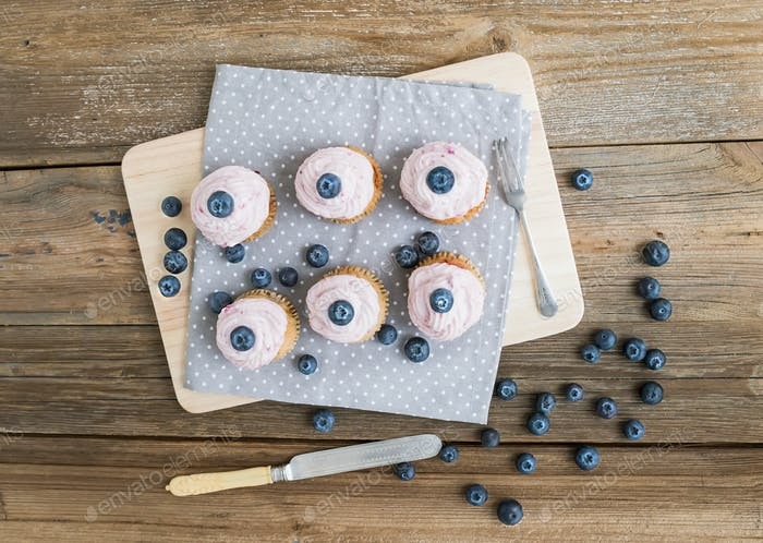 Ganze Garin Cupcakes mit Himbeerkäse Sahne und Waldberr