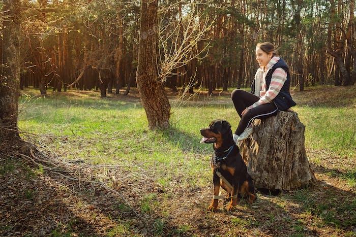 Caminando con un perro en un bosque de coníferas