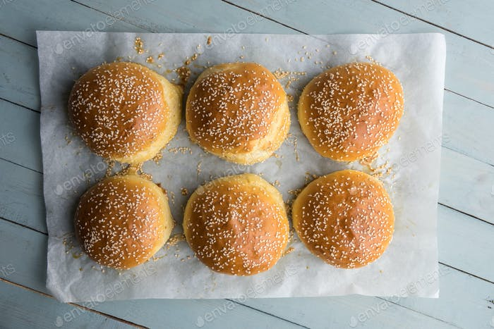 Hausgemachter Burger Brötchen auf Pergament