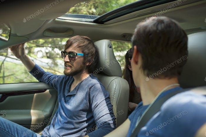 Zwei Personen in einem Auto, Beifahrer und Fahrer.